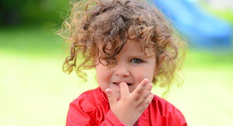 طرق للتعامل مع قضم الأظافر ومص الأصبع عند الأطفال