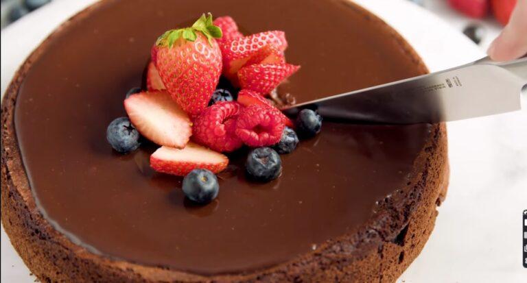 كعكة الشوكولاتة الخالية من الطحين غنية وكثيفة وهشة