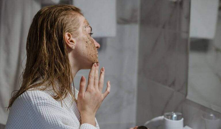 كيفية إستخدام مقشر البشرة بالقهوة للحصول على بشرة ناعمة ومتألقة