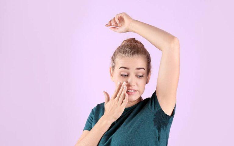 ما الذي يمكنني فعله للمساعدة في السيطرة على راحتي المتعرقة أو تحت الإبطين؟